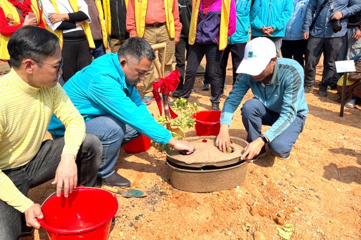 和泰汽車協理劉傳宏(左)、金門縣長楊鎮浯(中)、慈心執行長蘇慕容(右)共同以水寶盆種樹。(金門縣林務所提供)