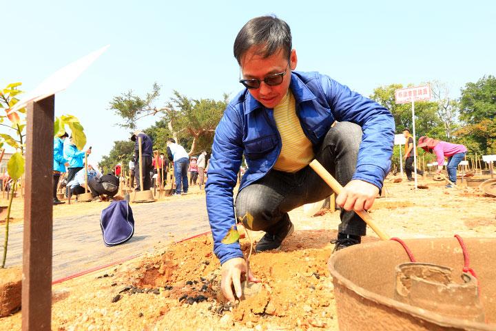 和泰汽車協理劉傳宏親自參與慈心金門種樹活動,以水寶盆種下樹苗,支持海岸造林計畫