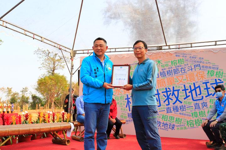 2021年3月12日植樹節金門種樹活動,金門縣長楊鎮浯(左)致贈感謝狀予慈心執行長蘇慕容(右)