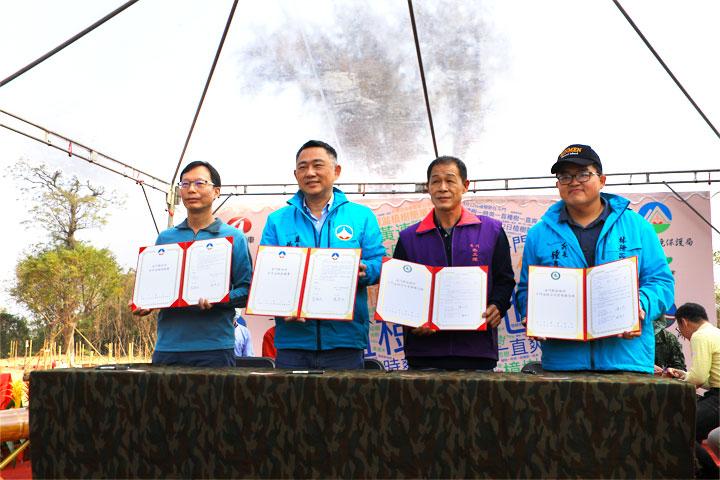 慈心執行長蘇慕容(左一)、金門縣長楊鎮浯(左二)、斗門社區發展協會理事長陳淮才(右二)、金門縣林務所所長鐘立偉(右一)簽署海岸造林合作協議