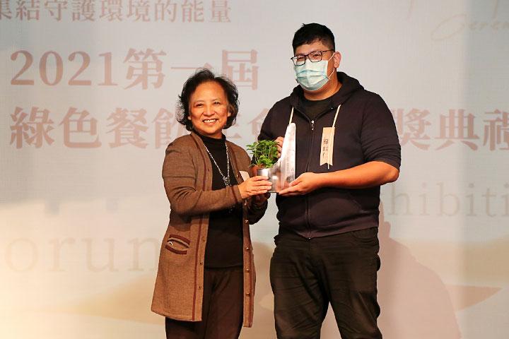里仁總經理李妙玲(左)頒發「年度最佳商品獎」給支持花東部落經濟的「伊布天貝王」創辦人蘇信仁(右)