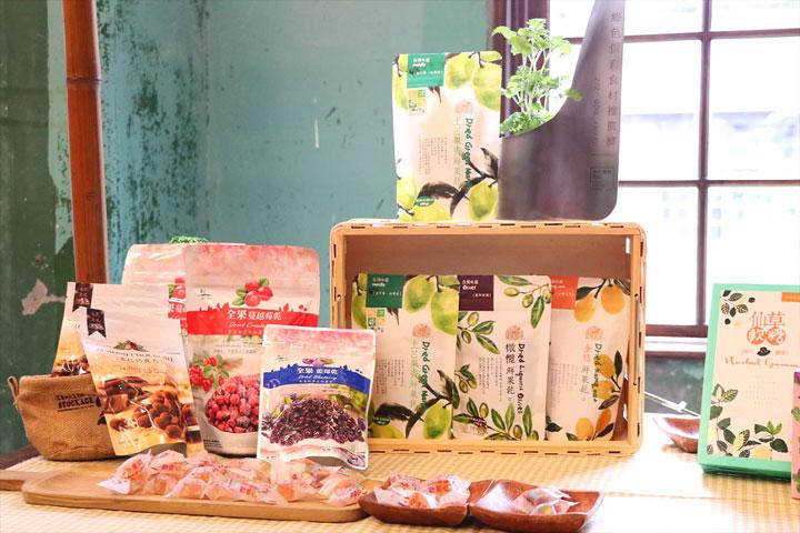 里仁合作廠商種瓜農場、豆之家、豐喜食品,以優異加工技術,製作保育動物的良食,共同獲得「綠色保育食材推廣獎」