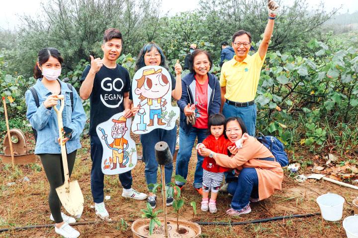 里仁、慈心員工海岸造林,蔬食環保 YouTuber 熱情支持愛地球!