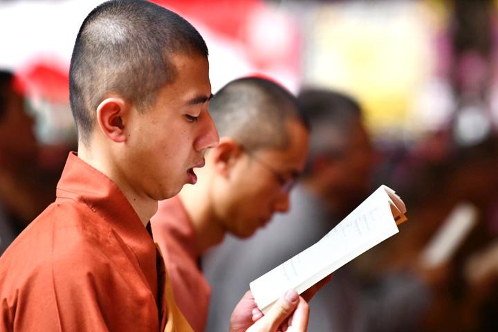 福智僧團法師依清淨傳規,帶領線上大眾虔誠祈願課誦