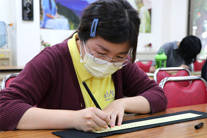 「2021福智青年寺院參訪」同學們透過抄經活動,體驗平靜專注的心靈力量