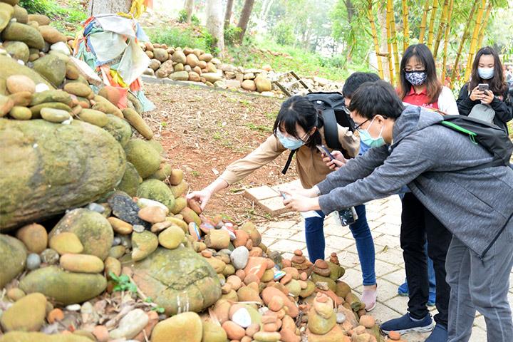 「2021福智青年寺院參訪」同學們挑選喜歡的瑪尼石,準備發揮創意,繪出心目中的美好事物