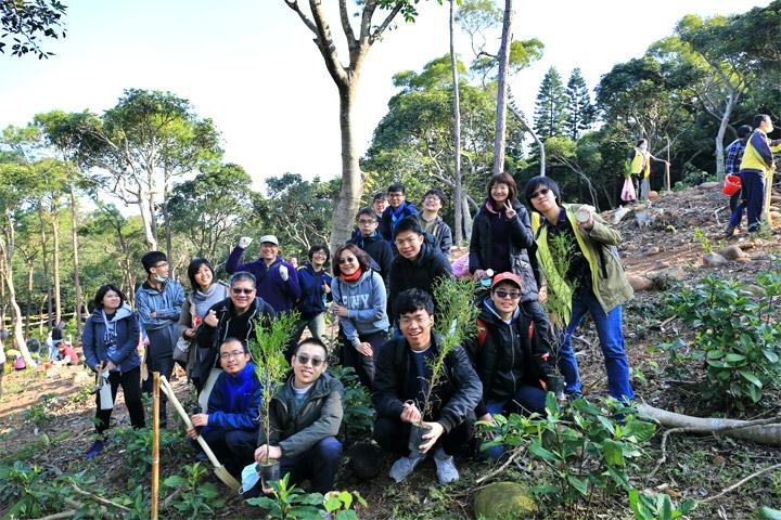福智文教基金會長年深耕大專青年心靈教育,帶動年輕人學習觀功念恩、尊親敬長、蔬食護生、淨塑環保、種樹護地球,培養無私利他的生命格局