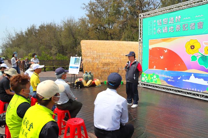 七股區區長顏文穗肯定慈心基金會的水寶盆技術,能有效提高樹苗存活率