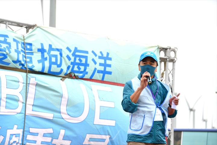 拓凱教育基金會董事陳敬達蒞臨「2021用愛環抱海洋Big Blue淨灘總動員」致詞,呼籲企業從源頭減塑,肩負環境永續社會責任