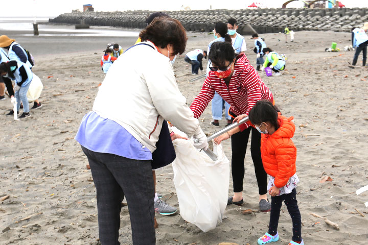 「2021用愛環抱海洋Big Blue淨灘總動員」福智與臺中20家企業600人攜手淨除1,750 公斤海洋廢棄物