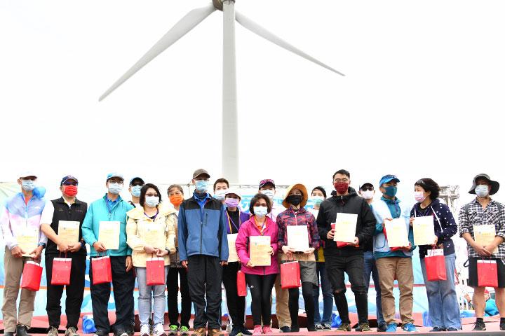 福智臺中學苑特頒感謝狀,感謝參與「2021用愛環抱海洋Big Blue淨灘總動員」的20家企業身體力行守護海洋