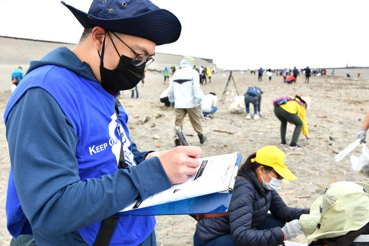 福智淨灘志工將大眾撿拾的海洋廢棄垃圾以「國際淨灘行動」「ICC紀錄表」進行統計