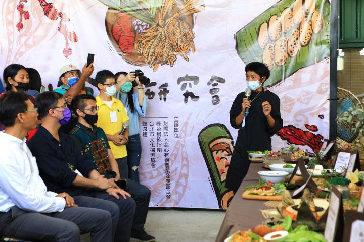 慈心、綠色餐飲指南合辦「小米食材研究會」帶領綠色餐廳廚師實地走訪本土小米產地、聆聽導覽介紹,將小米傳統文化融入創意蔬食料理中