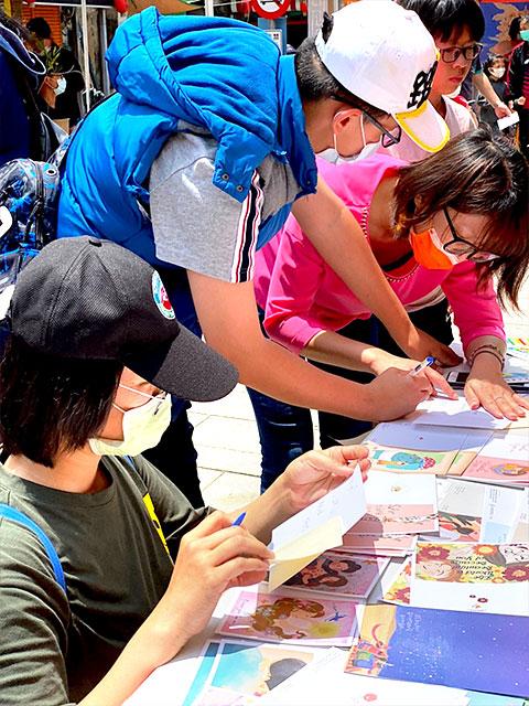 福智佛教基金會於金門舉辦「2021福智幸福列車」活動圓滿,金門民眾在母親節前寫感恩卡