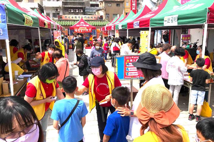 福智佛教基金會於金門舉辦「2021福智幸福列車」活動圓滿,防疫志工於入口提醒民眾配戴口罩、量額溫,為參與者的健康把關
