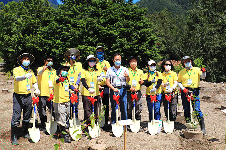 慈心種樹團隊啟動「櫻花鉤吻鮭棲地復育造林」計畫,預計於111年種植近二萬棵樹,恢復國寶魚棲地的生態體系