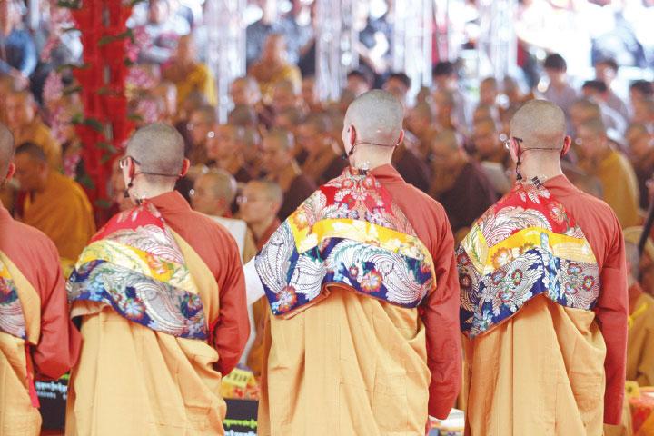 宗大師時代的祈願法會只有一位大維那,後來由哲蚌寺主僧海大師增加了四名來自各僧院的維那擔任副手。他們按著年齡大小依序排列,以悅耳法音迎請諸佛菩薩降臨會場。