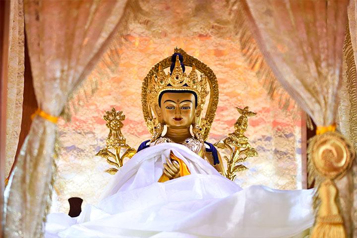 用梵語誦讀「慈尊」二字音似「彌勒」,故慈尊又稱彌勒菩薩。彌勒菩薩常常把祂的老師——釋迦牟尼佛,觀想在頭頂上,所以藏系彌勒像頂上有菩提塔。