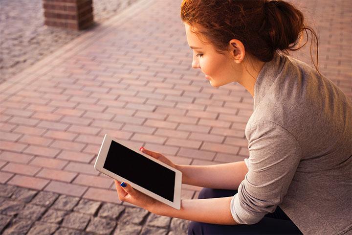 開放網路直播,能讓許多上班族在彈性休息時間,或不耽誤工作的情況下,跟著聽一段法,或是參與一小節的課誦。