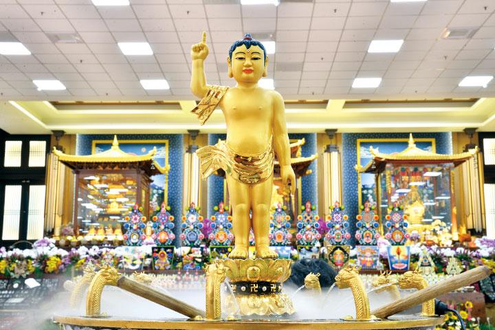 布置湖山分院大殿的法師發願,如法湧菩薩變現殊妙花臺,令觀者咸發大寶菩提心。