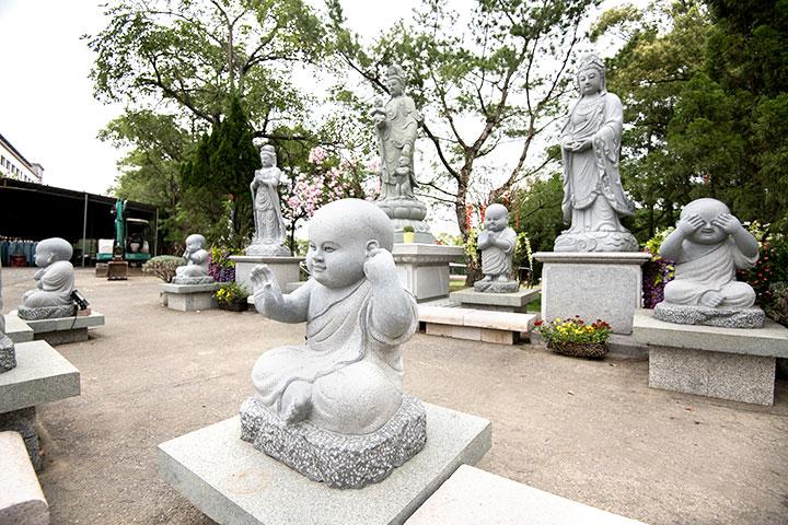 四尊小沙彌象徵非禮勿視、非禮勿聽、非禮勿言、非禮勿觸。