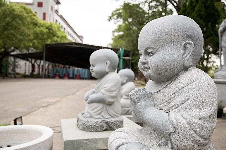 送子觀音前的小沙彌,令人聯想到一歲半時的阿底峽尊者發願:「世世不被家法縛,處僧伽中獲法樂,無慢供養三寶尊,悲心觀照諸有情。」