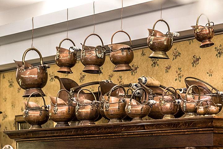外型酷似中古騎士帽的黃銅壺