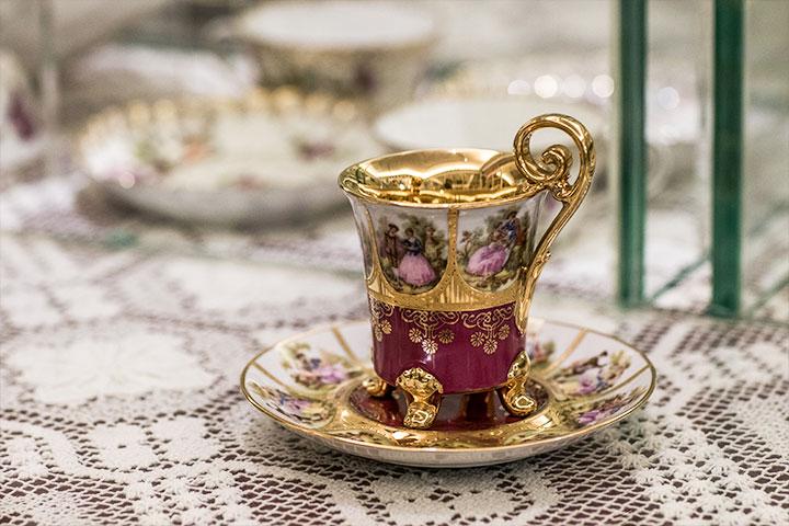 從一只古典杯子開始,夫妻倆展開收藏之路。