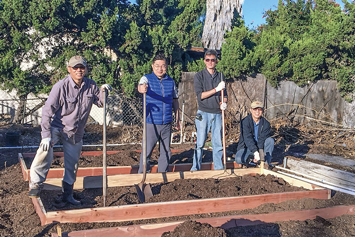 很多人貢獻一己之力協助建造( 由左開始分別是許亞明、林永森、Joey、黃錦松)。