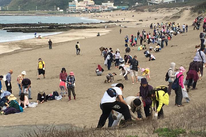 在真如老師的呼籲下,眾人踴躍參與淨灘