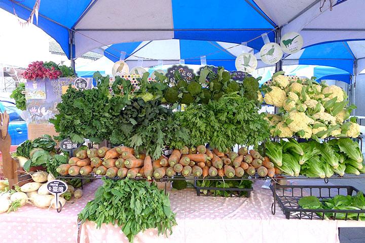 田裡有腳印市集提供消費者裸賣青菜