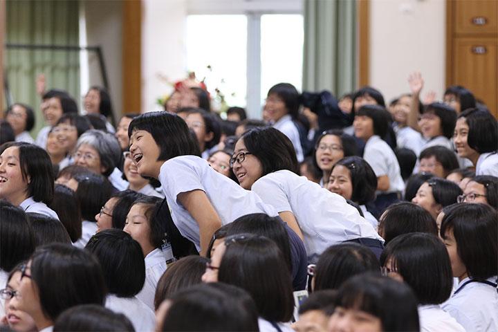 學生想要與真如老師更靠近的心意展現在肢體上