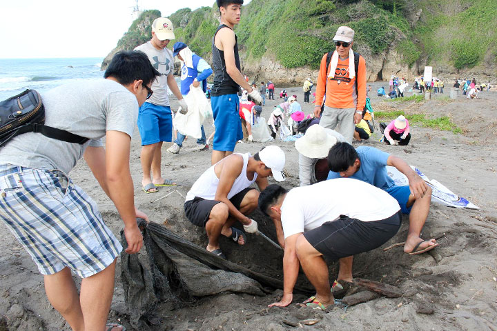 官兵弟兄清除沙灘上的漁網