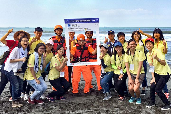 海巡人員協助淨灘並參與打卡