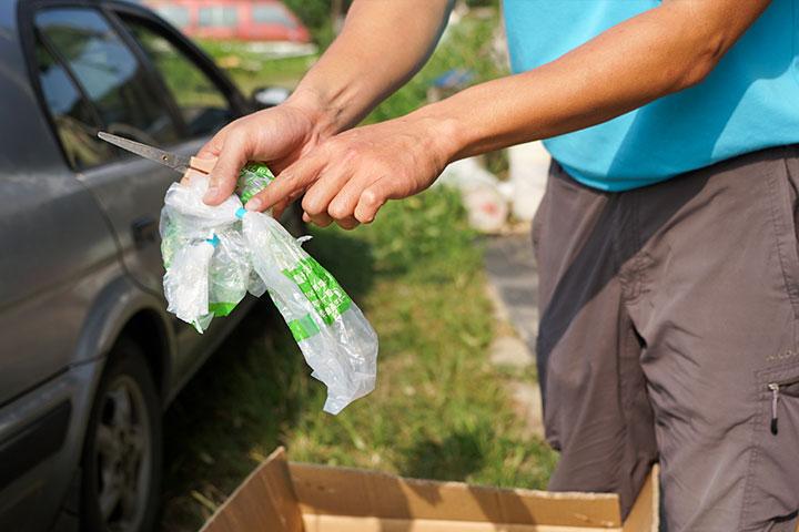 移除生物可分解袋上的膠帶