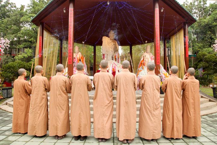 福智尼僧團法師們供養