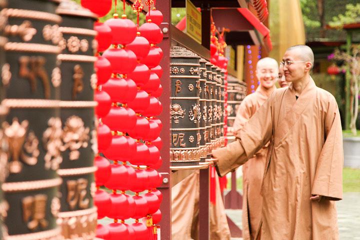 福智尼僧團法師們繞轉經輪