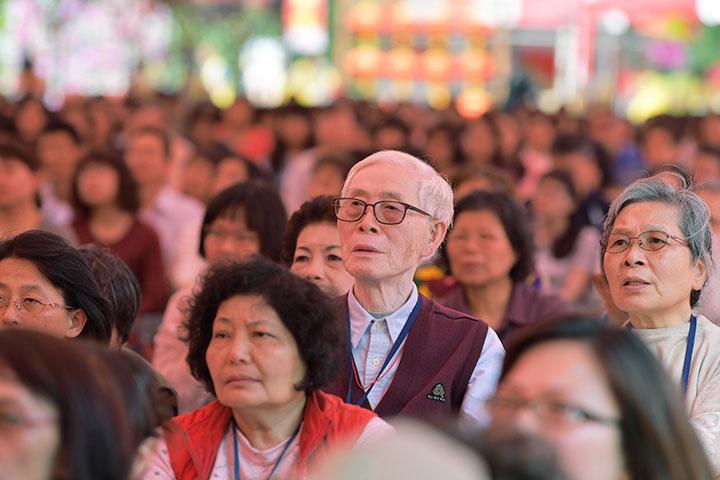 參加祈願法會的居士大眾
