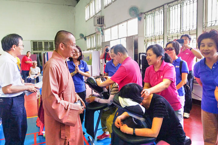 月稱光明寺如英法師關懷特別從台北來服務民眾的「心光班」視障人士們