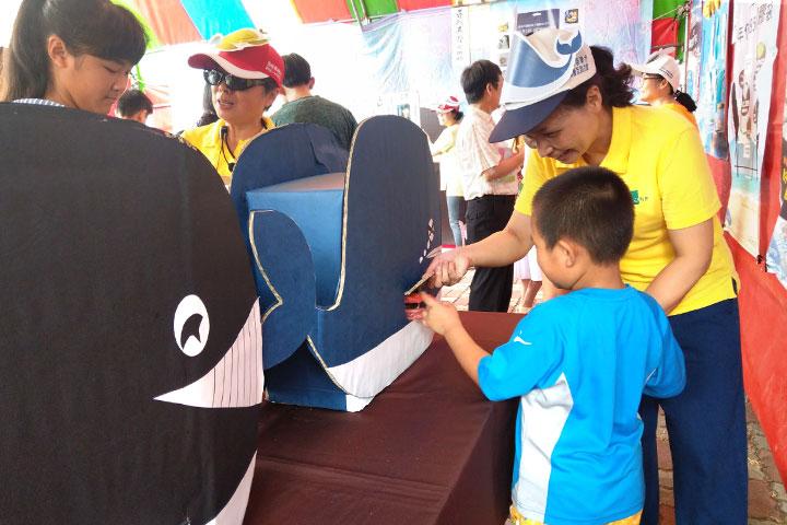 淨塑理念以鯨魚肚子拉出塑膠袋的道具,教導小朋友在生活中改變使用塑膠袋的習慣