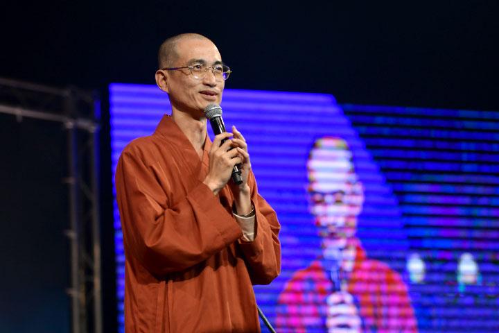 福智僧團如偉法師蒞臨關懷鄉親,希望透過良好的心靈音樂,帶給大眾內心吉祥安寧
