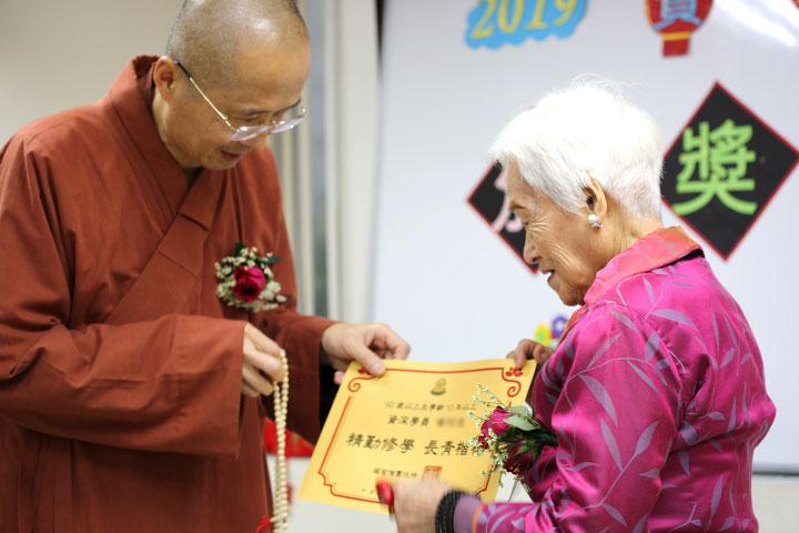 福智僧團關心長者的身心靈成長,為勤學的長者頒發獎狀。